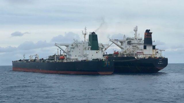 یک تانکر ایرانی در حال انتقال نفت به یک تانکر دیگر در آبهای اندونزی