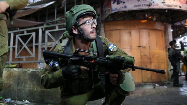 Soldado israelí durante disturbios en la ciudad cisjordana de Hebrón.