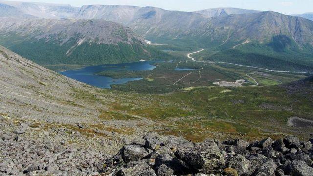 Кольская сверхглубокая скважина расположена в Мурманской области, в 10 километрах к западу от города Заполярный