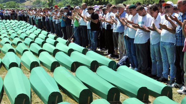 боснийские мусульмане у гробов своих родственников