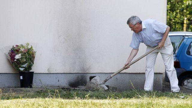 funcionário da Orange cobrindo restos de funcionário que colocou fogo em si mesmo