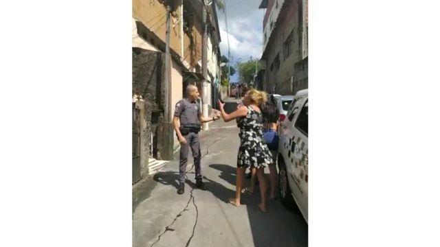 Filmado pelo celular de um familiar, o sangue de Igor corre na rua enquanto sua mãe fala com um policial