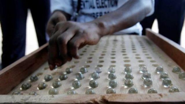 गांबिया में कंचों से वोटिंग