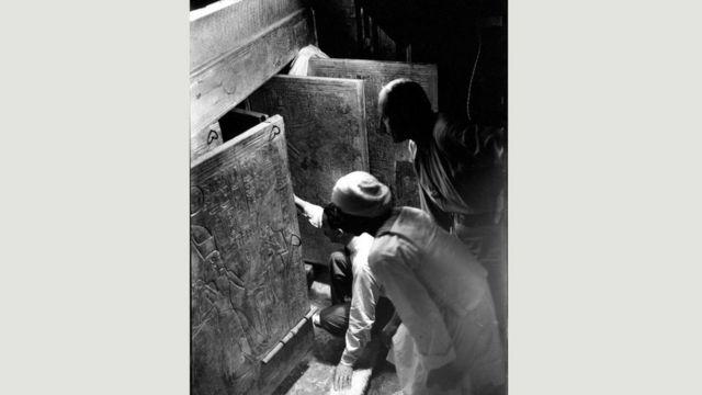 كان اكتشاف كارتر (الذي يبدو في الصورة جاثيا على ركبته في غرفة الدفن) واحدا من أعظم الاكتشافات الأثرية في القرن العشرين، ولا تزال الكثير من القطع الأثرية قيد الدراسة