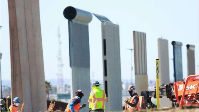 طی چند ماه گذشته چند دیوار به عنوان مدل در مرز جنوبی کالیفرنیا با مکزیک ساخته شده که دولت میتواند از میان آنها نمونه برتر را برگزیند