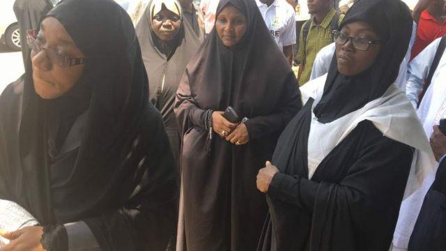 A ranar Laraba ne wasu dumbin mata daga Kungiyar 'yan uwa Musulmi wadda aka fi sani da Shi'a a Nigeria, sun bukaci hukumomi a kasar da su gaggauta sakin Shugabansu Sheikh Ibrahim El-Zakzaky.