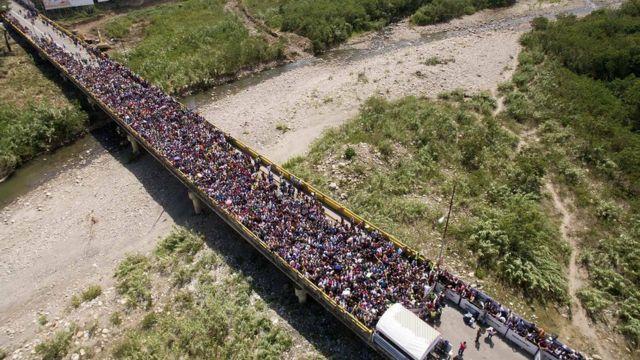Толпа венесуэльцев на мосту в Колумбию