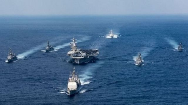 เรือบรรทุกเครื่องบิน ยูเอสเอส คาร์ล วินสัน (กลาง) และเรือรบลำอื่น ๆ ที่ร่วมกองเรือโจมตี