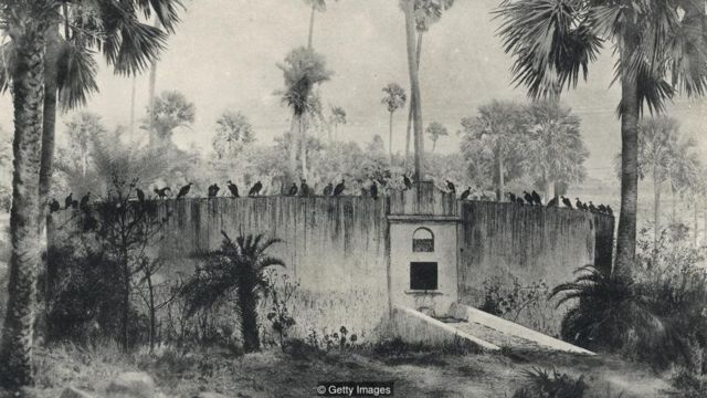 Di India, menara kuburan parsi memungkinkan jenazah dimakan oleh burung bangkai.