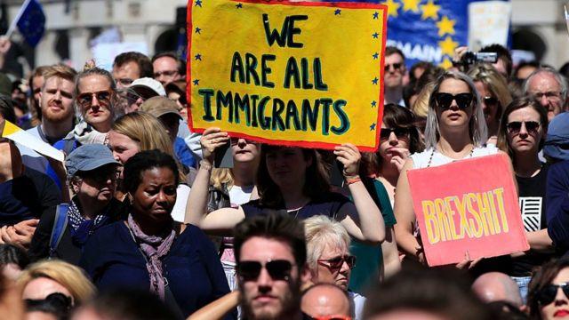 Jóvenes protestando en Londres contra el Brexil