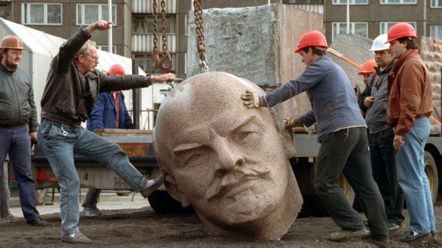 Lenin heykeli devrilirken