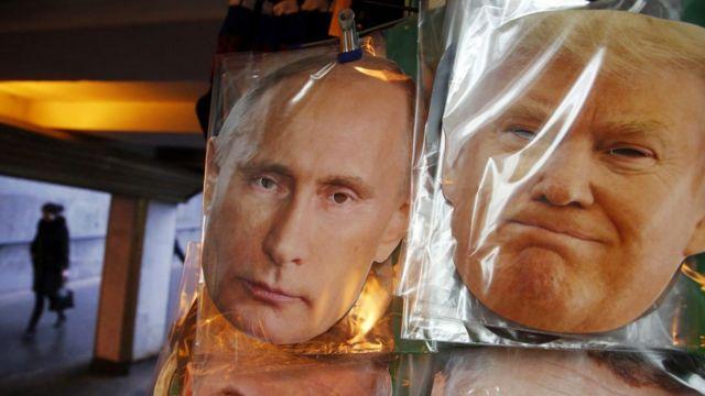 اقنعة تمثل ترامب وبوتين في روسيا