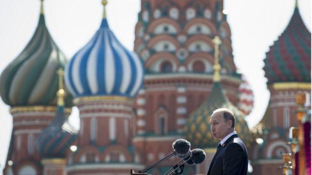 Vladimir Putin hablando en la Plaza Roja de Moscú
