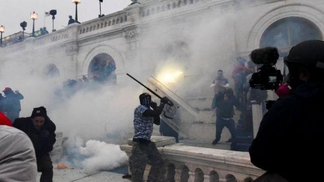 Gas air mata digunakan untuk membubarkan pengunjuk rasa di gedung Capitol