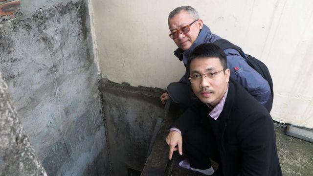 Luật sư Đặng Đình Mạnh và luật sư Ngô Anh Tuấn đi xem xét hiện trường - miệng hố ở nhà ông Lê Đình Kình - thời điểm 1 tháng sau khi diễn ra đụng độ của dân làng Hoành, Đồng Tâm, với cảnh sát rạng sáng 9/1/2020.