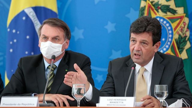 O então ministro da saúde, Luiz Henrique Mandetta, e o presidente Jair Bolsonaro em coletiva de imprensa