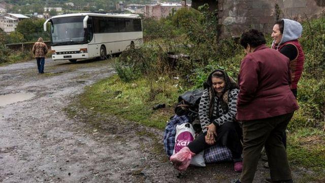 Çatışmalar sürerken siviller Dağlık Karabağ'dan Ermenistan'a kaçtı