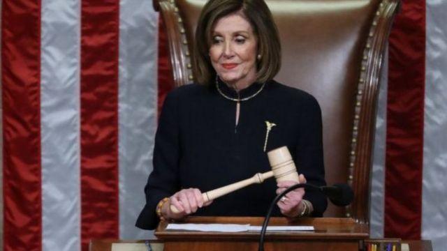 """众议院议长裴洛西(Nancy Pelosi)则抨击对此案投下无罪票的共和党籍参议员""""懦弱""""。(photo:BBC)"""