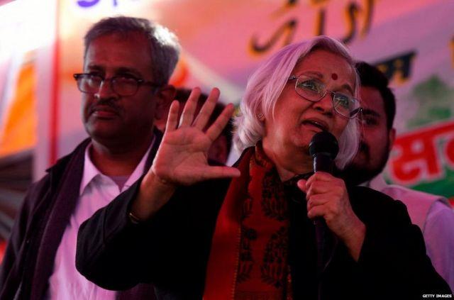 प्रदर्शनकारियों से बात करतीं साधना रामचंद्रन