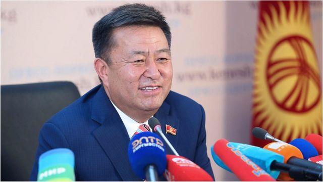Турсунбеков Жогорку Кеңеш экинчи сессиянын жүрүшүндө өтө маанилүү укук ченемдик актыларды кабыл алганын белгиледи.