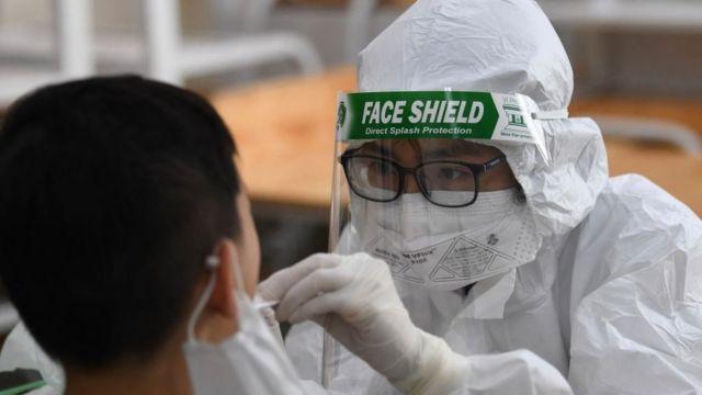 Một người dân đang được xét nghiệm Covid-19 tại Việt Nam