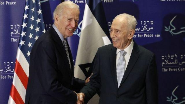 事件現場の近くでペレス前イスラエル大統領(右)と行事に参加していたバイデン米副大統領(8日)