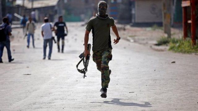 भारत प्रशासित कश्मीर में तैनात एक सुरक्षाकर्मी (फाइल चित्र)