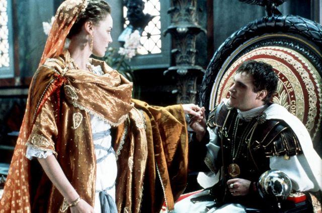 菲尼克斯在《角斗士》中饰演罗马皇帝康莫迪乌斯,给人留下了深刻的印象(图右为罗马皇帝康莫迪乌斯,左为他的妹妹、角斗士马克西蒙斯的旧情人露西拉)