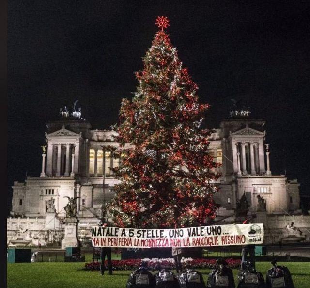 Noel ağacının altına bırakılan çöpler