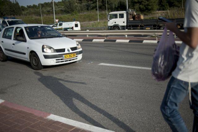 شاب إسرائيلي ينتظر سيارة