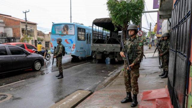 Soldados das Forças Armadas vigiam as ruas de Fortaleza