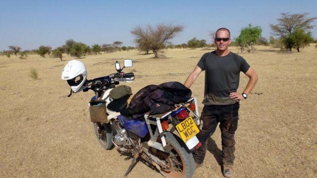 Stephen McGown y su moto por el viaje en África. (Foto: Stephen McGown)