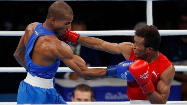 Jorge Alvarez (derecha) y Robson Conceicao en una pelea.