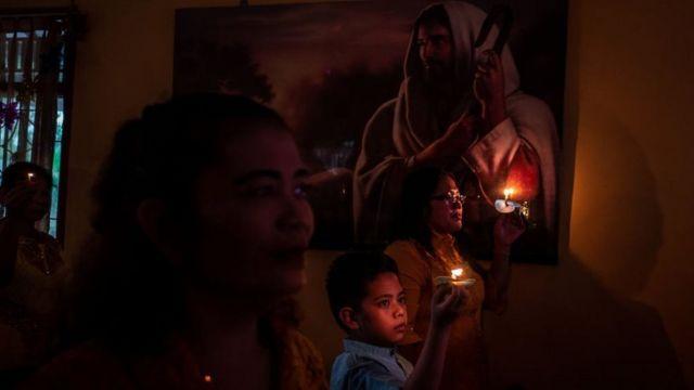Umat Kristiani melaksanakan misa malam Natal di Carita, Banten, pada Desember 2018 silam.