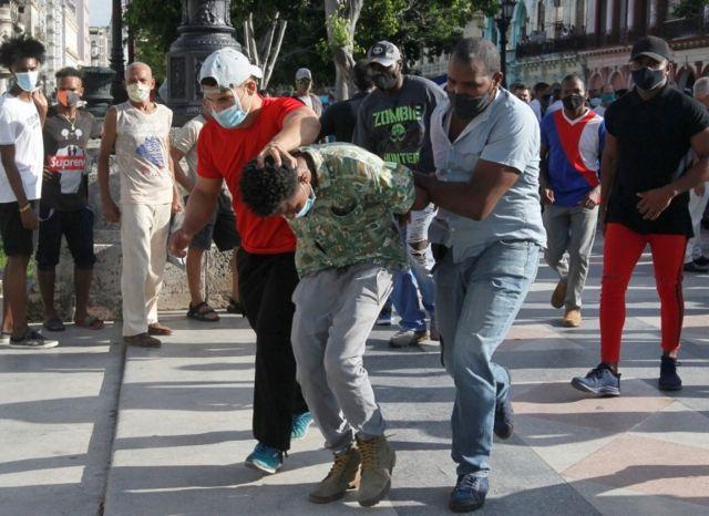Sivil polis olduğu düşünülen kişiler protestocuları gözaltına aldı
