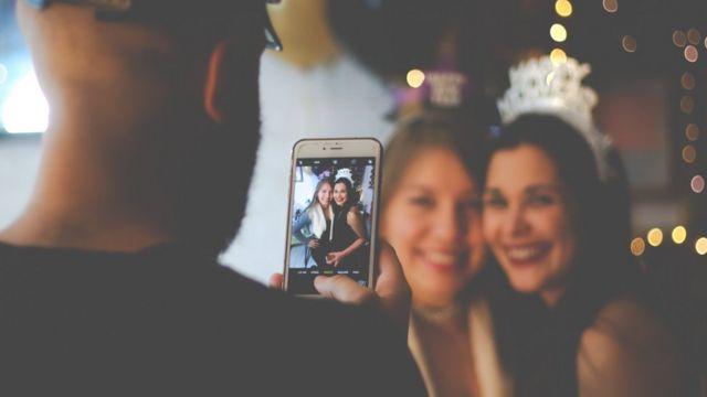 Чоловік фотографує двух дівчат