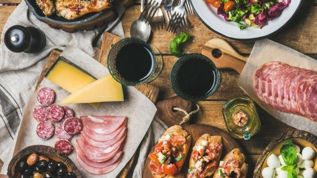 Mesa e taças de vinho