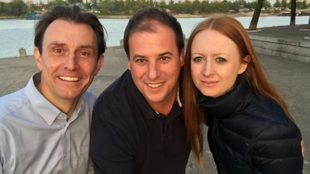 左から、記者のウィングフィールド=ヘイズ、カメラマンのマシュー・ゴッダード、プロデューサーのマリア・バーン