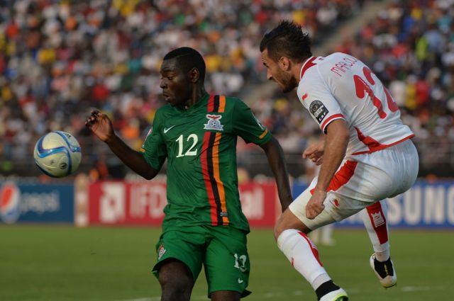 Le Zambien Evans Kangwa (à gauche)