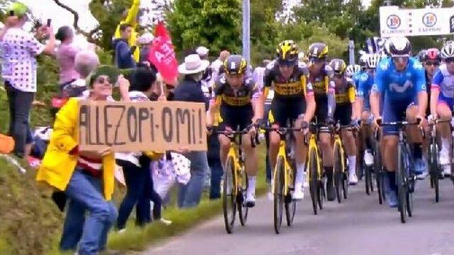 Elinde pankart tutan izleyici, Tour de France tarihinin en büyük kazalarından birine neden oldu.