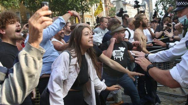 Londra'da Başbakanlık Ofisi önünden yürüyen eylemciler aşı karşıtı sloganlar attı