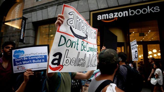 Protesto diante de livraria da Amazon em Nova York