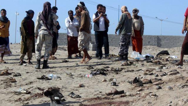 مجوعة من المواطنين والمسلحين عند موقع التفجير