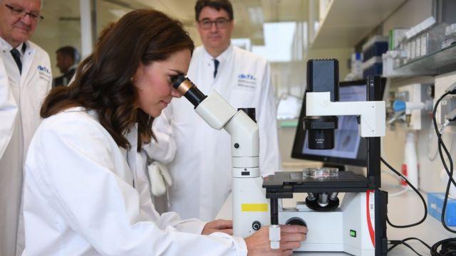 Герцогиня Кембриджская во время посещения центра исследования рака в Гейдельберге, Германия. Июль 2017 года.