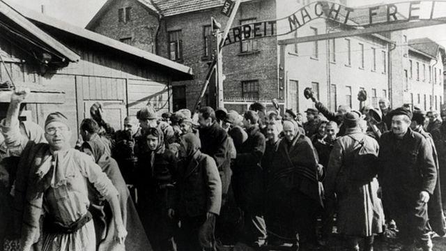 Преживели напуштају Аушвиц на крају Другог светског рата