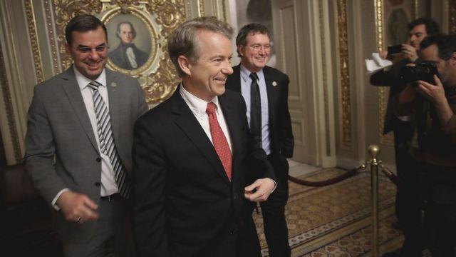 Сенатор Рэнд Пол (в центре)
