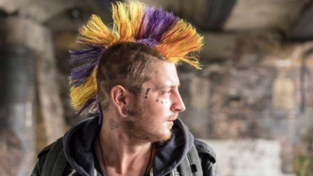 Un hombre con el pelo pintado de muchos colores.