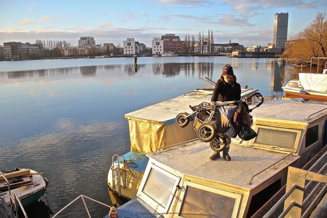 Сокол перетаскивает коляску Троицы в их последнее убежище - лодку с брезентовой крышей. Январь 2018 года, Берлин