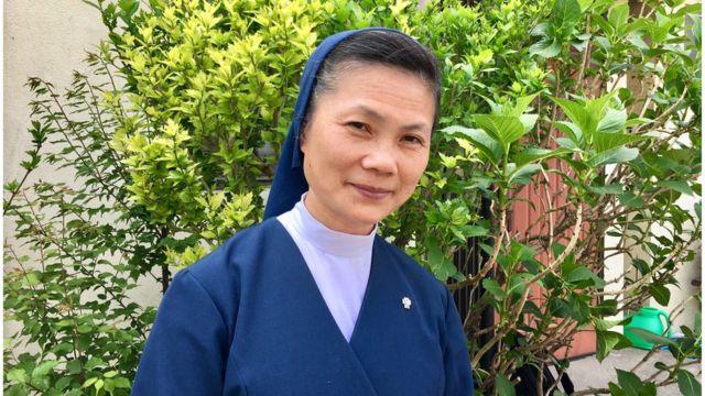 Sơ Maria Lang trước cửa Nhà Thờ Thánh Peter Kawaguchi