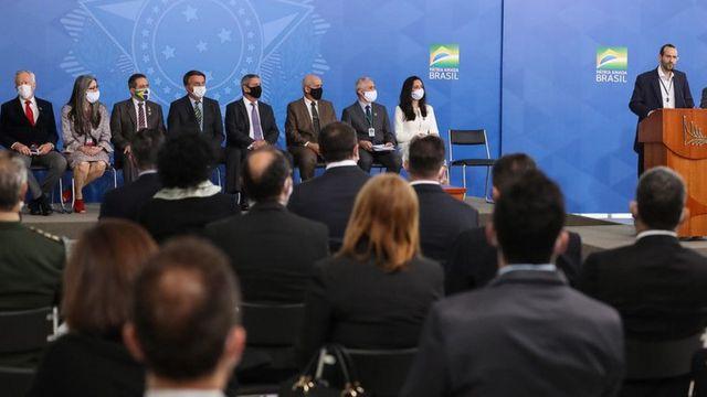 Arthur Weintraub no palanque, observado por convidados sentados, entre eles o presidente da República